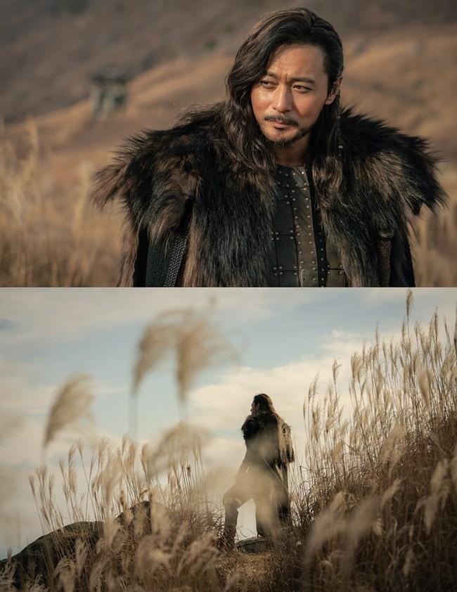 Jang Dong Gun để tóc xoăn dài vẫn ngời ngời thần thái trong bom tấn cổ trang đóng cùng Song Joong Ki - Ảnh 2.