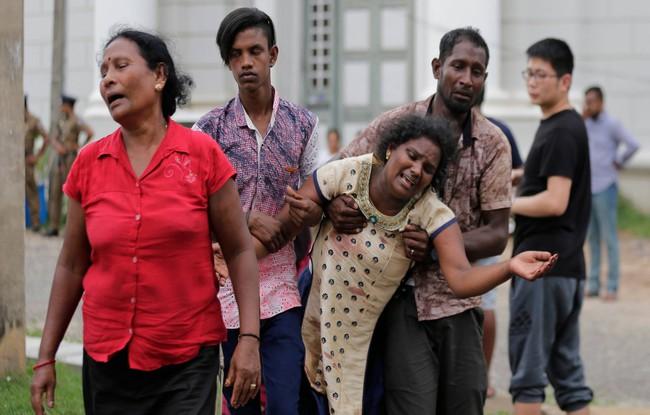 Ám ảnh vụ nổ bom hàng loạt giết chết hơn 200 người ở Sri Lanka: Danh tính nạn nhân được xác nhận, nhiều gia đình tan nát, tiếng khóc ai oán ở khắp nơi - Ảnh 3.