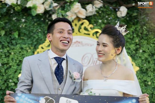 Dàn cầu thủ tuyển Việt Nam xuất hiện như nam thần mừng đám cưới Hùng Dũng, nhưng nhìn đến Đức Huy bỗng thấy... sai sai - Ảnh 1.
