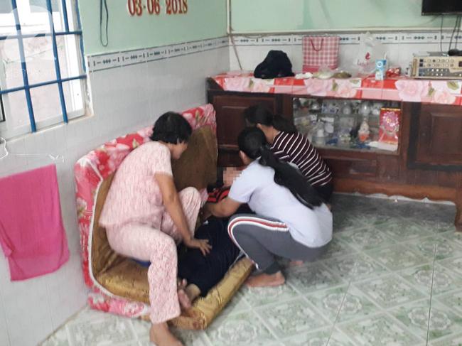 Tang thương bao trùm căn nhà 3 bà cháu bị sát hại: Người mẹ tuyệt vọng, gào khóc gọi tên con gái rồi ngất xỉu - Ảnh 2.
