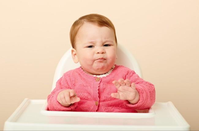 9 biểu cảm phát hờn trên khuôn mặt các bé mỗi khi được cho ăn tiết lộ điều con thực sự muốn nói - Ảnh 1.