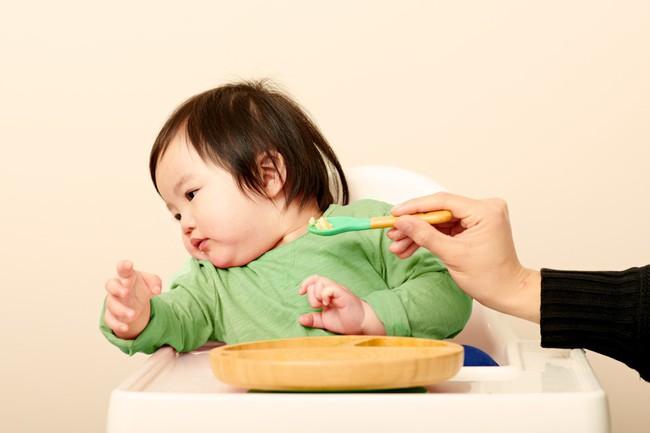 9 biểu cảm phát hờn trên khuôn mặt các bé mỗi khi được cho ăn tiết lộ điều con thực sự muốn nói - Ảnh 9.