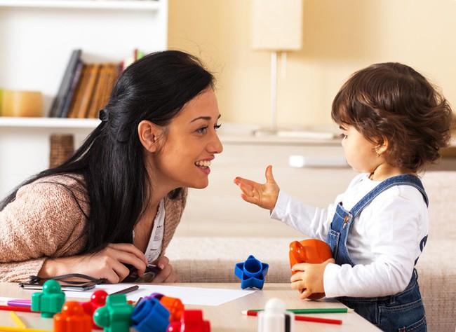 Giúp con phát triển khả năng ngôn ngữ từ bé, việc các mẹ tưởng khó mà lại đơn giản không ngờ - Ảnh 2.