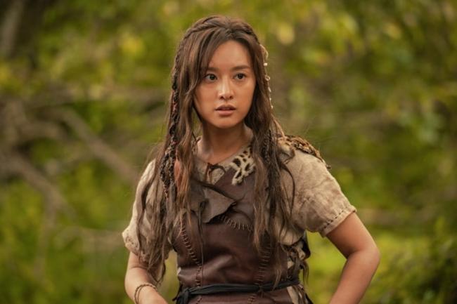 Người đẹp sánh vai Song Joong Ki trong phim mới bị chê kém sắc, lộ quầng thâm mắt mệt mỏi  - Ảnh 1.