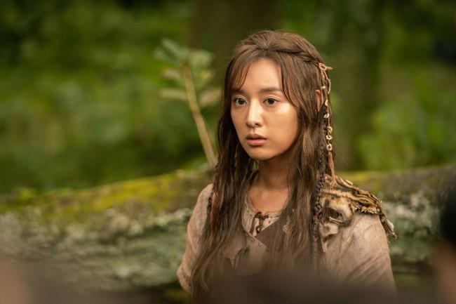 Người đẹp sánh vai Song Joong Ki trong phim mới bị chê kém sắc, lộ quầng thâm mắt mệt mỏi  - Ảnh 2.