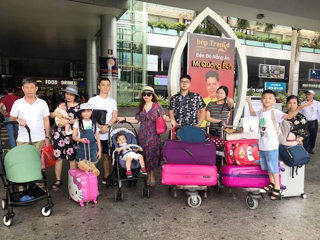 Đi trốn tận resort sang chảnh ở Đà Nẵng, đại gia đình Hằng Túi gây choáng với đội hình 10 thành viên ríu rít xếp hàng - Ảnh 1.