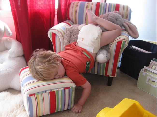 Tại sao trẻ có thể đặt đâu ngủ đấy ngay cả ở những nơi xa lạ, kì quặc nhất? Câu trả lời sẽ khiến nhiều mẹ thích thú - Ảnh 2.