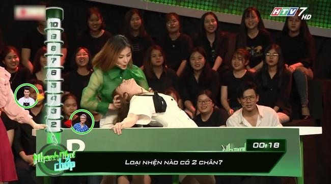 Nhanh như chớp: Khán giả khó chịu vì Vân Trang liên tục nhắc bài trắng trợn, khiến đồng đội cũng không chấp nhận nổi! - Ảnh 3.
