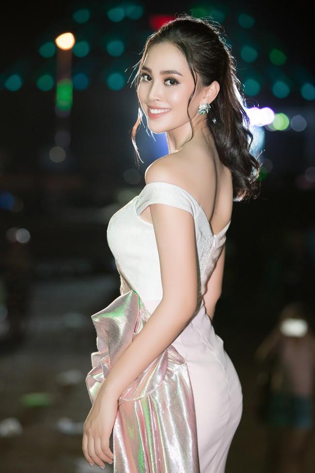 Hoa hậu Tiểu Vy ngày càng chịu hở, khoe ngực đầy gợi cảm  nổi bật nhất dàn người đẹp - Ảnh 4.