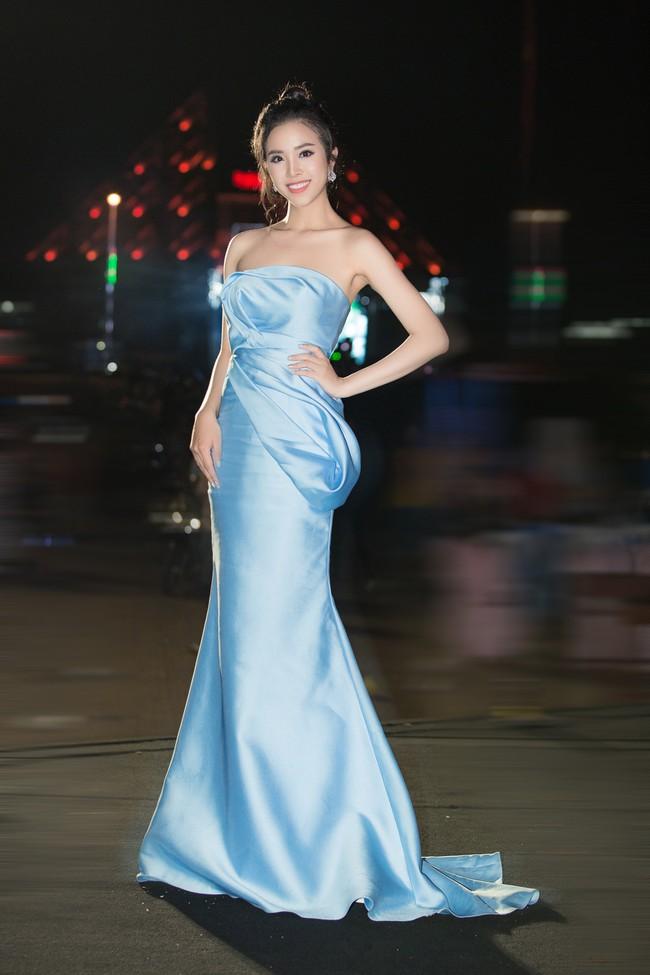 Hoa hậu Tiểu Vy ngày càng chịu hở, khoe ngực đầy gợi cảm  nổi bật nhất dàn người đẹp - Ảnh 7.