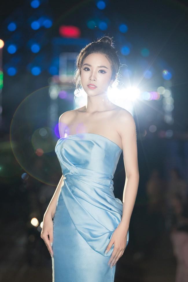 Hoa hậu Tiểu Vy ngày càng chịu hở, khoe ngực đầy gợi cảm  nổi bật nhất dàn người đẹp - Ảnh 8.