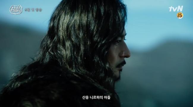Song Joong Ki lép vế hoàn toàn trước thần thái đỉnh cao của Jang Dong Gun trong trailer phim mới - Ảnh 1.