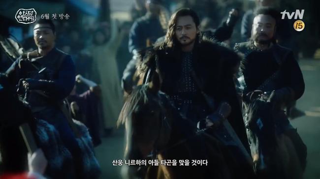 Song Joong Ki lép vế hoàn toàn trước thần thái đỉnh cao của Jang Dong Gun trong trailer phim mới - Ảnh 2.