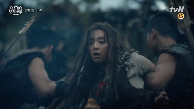 Song Joong Ki lép vế hoàn toàn trước thần thái đỉnh cao của Jang Dong Gun trong trailer phim mới - Ảnh 6.