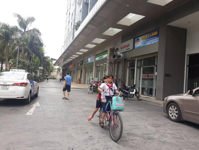 Cựu Phó VKS Đà Nẵng đã vào Sài Gòn làm việc với công an, cho biết chỉ nựng bé gái chứ không sàm sỡ - Ảnh 1.