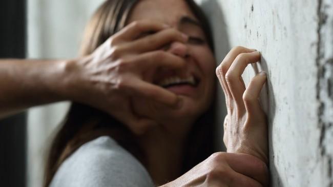 Bé gái 12 tuổi bị 6 gã đàn ông tấn công tình dục ngay trên xe buýt, cảnh sát ráo riết truy tìm danh tính yêu râu xanh - Ảnh 1.