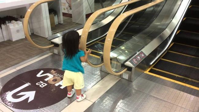 Nha Trang: Lại thêm một em bé ngã xuống thang cuốn ở trung tâm thương mại khiến người chứng kiến thót tim - Ảnh 3.
