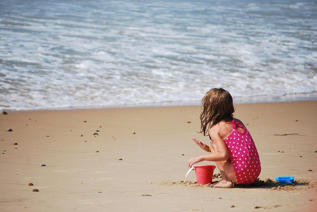 Không ngờ việc cho trẻ ra biển chơi lại có những lợi ích hay ho như thế này theo giải thích của các chuyên gia - Ảnh 2.