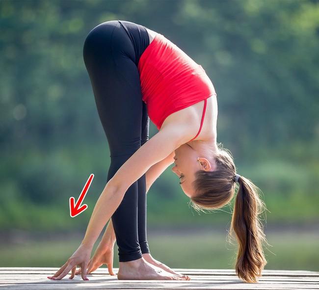 10 bài tập giãn cơ giúp đốt mỡ có thể dễ dàng tập tại nhà - Ảnh 1.