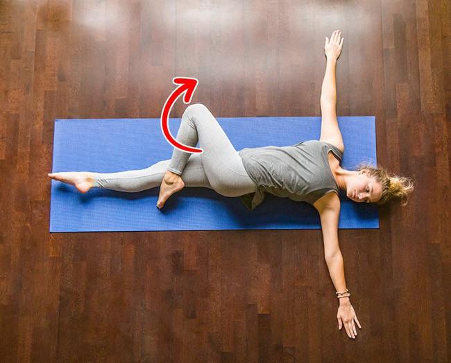 10 bài tập giãn cơ giúp đốt mỡ có thể dễ dàng tập tại nhà - Ảnh 2.
