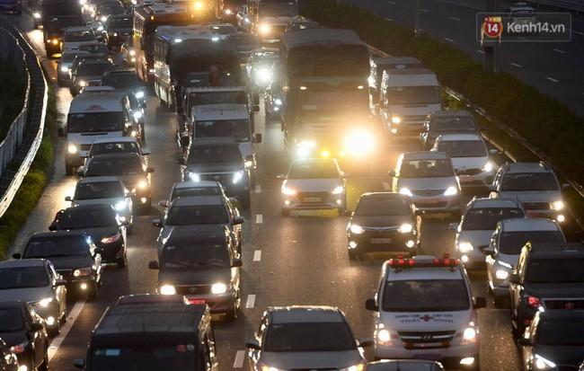 Người dân ùn ùn đổ về Thủ đô sớm do lo ngại tắc đường trong ngày nghỉ lễ cuối cùng - Ảnh 12.