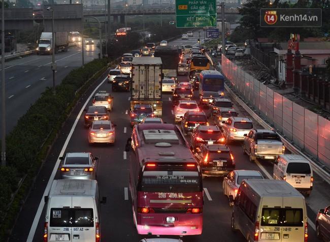 Người dân ùn ùn đổ về Thủ đô sớm do lo ngại tắc đường trong ngày nghỉ lễ cuối cùng - Ảnh 2.