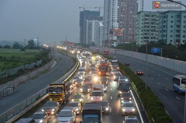 Người dân ùn ùn đổ về Thủ đô sớm do lo ngại tắc đường trong ngày nghỉ lễ cuối cùng - Ảnh 3.