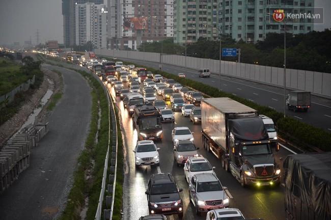 Người dân ùn ùn đổ về Thủ đô sớm do lo ngại tắc đường trong ngày nghỉ lễ cuối cùng - Ảnh 4.