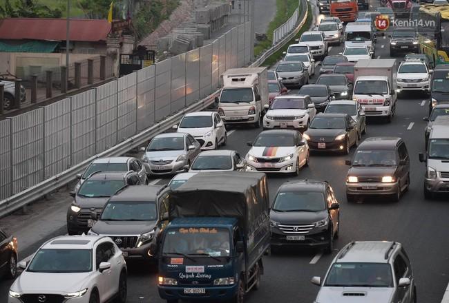 Người dân ùn ùn đổ về Thủ đô sớm do lo ngại tắc đường trong ngày nghỉ lễ cuối cùng - Ảnh 5.