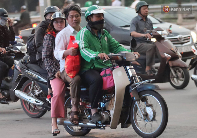 Người dân ùn ùn đổ về Thủ đô sớm do lo ngại tắc đường trong ngày nghỉ lễ cuối cùng - Ảnh 6.