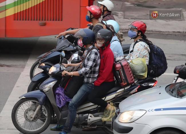 Người dân ùn ùn đổ về Thủ đô sớm do lo ngại tắc đường trong ngày nghỉ lễ cuối cùng - Ảnh 7.