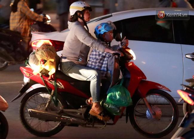 Người dân ùn ùn đổ về Thủ đô sớm do lo ngại tắc đường trong ngày nghỉ lễ cuối cùng - Ảnh 9.