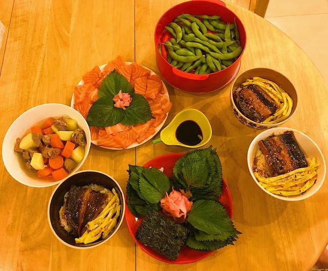 MC Diệp Chi trổ tài làm đồ ăn Nhật tại gia cho con gái Sumo, hội chị em trầm trồ vì hấp dẫn như nhà hàng - Ảnh 1.