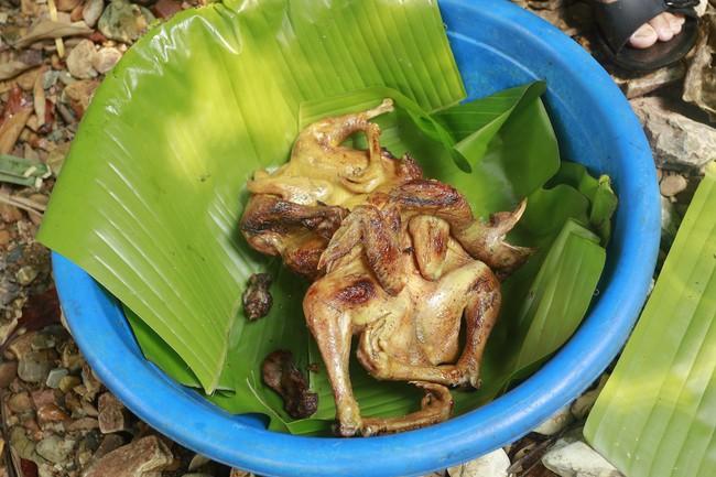 Trong khi dân tình đang mải mê sống xanh, người Mường từ lâu đã dùng lá chuối làm nên mâm cỗ đậm nét văn hóa - Ảnh 5.