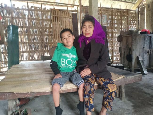 Xót cảnh không có mẹ, bé trai 11 tuổi liệt hai chân, nhiều lần bị bố tâm thần vứt bỏ trong rừng sâu - Ảnh 1.