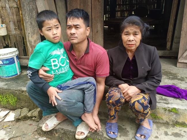 Xót cảnh không có mẹ, bé trai 11 tuổi liệt hai chân, nhiều lần bị bố tâm thần vứt bỏ trong rừng sâu - Ảnh 3.