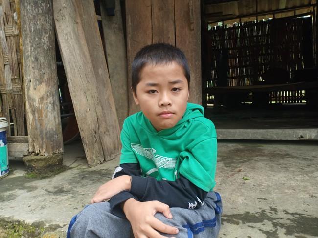 Xót cảnh không có mẹ, bé trai 11 tuổi liệt hai chân, nhiều lần bị bố tâm thần vứt bỏ trong rừng sâu - Ảnh 4.