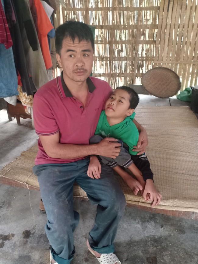 Xót cảnh không có mẹ, bé trai 11 tuổi liệt hai chân, nhiều lần bị bố tâm thần vứt bỏ trong rừng sâu - Ảnh 5.