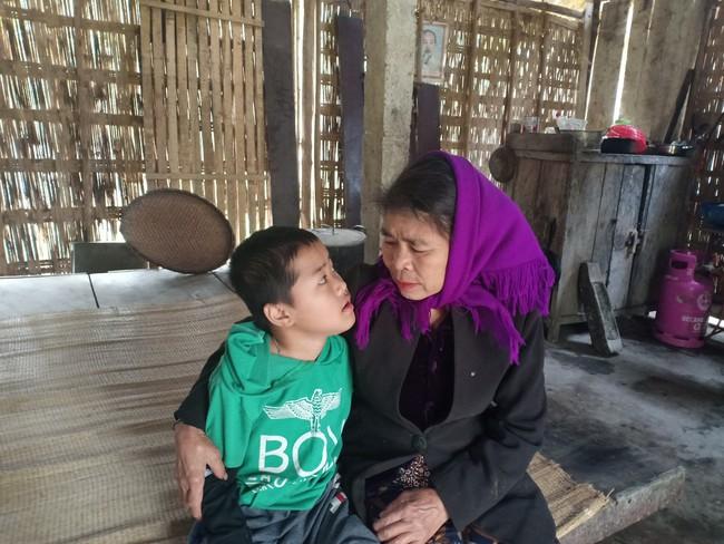 Xót cảnh không có mẹ, bé trai 11 tuổi liệt hai chân, nhiều lần bị bố tâm thần vứt bỏ trong rừng sâu - Ảnh 7.