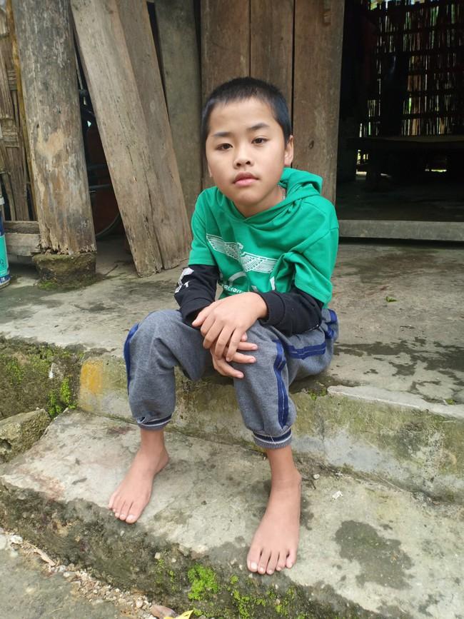 Xót cảnh không có mẹ, bé trai 11 tuổi liệt hai chân, nhiều lần bị bố tâm thần vứt bỏ trong rừng sâu - Ảnh 8.