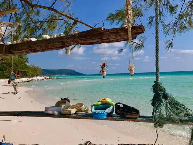 Ai cũng trầm trồ vì ý tưởng biến rác trở thành vật trang trí duyên dáng cho bãi biển, dân mạng Việt chỉ để ý đôi dép tổ ong - Ảnh 1.