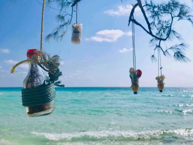 Ai cũng trầm trồ vì ý tưởng biến rác trở thành vật trang trí duyên dáng cho bãi biển, dân mạng Việt chỉ để ý đôi dép tổ ong - Ảnh 3.