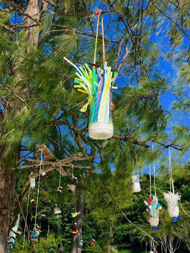 Ai cũng trầm trồ vì ý tưởng biến rác trở thành vật trang trí duyên dáng cho bãi biển, dân mạng Việt chỉ để ý đôi dép tổ ong - Ảnh 5.