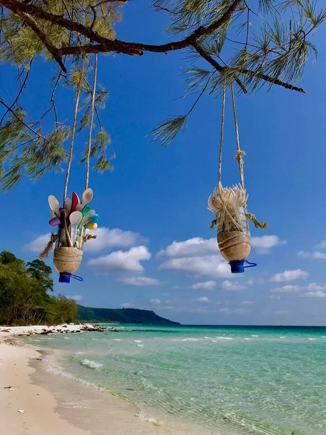 Ai cũng trầm trồ vì ý tưởng biến rác trở thành vật trang trí duyên dáng cho bãi biển, dân mạng Việt chỉ để ý đôi dép tổ ong - Ảnh 6.