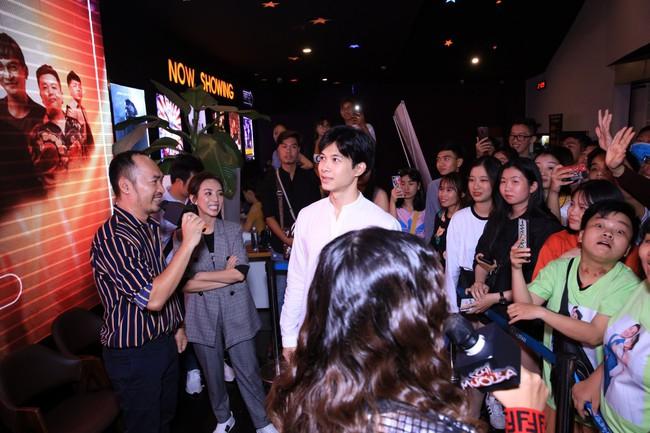 Được chồng hôn giữa sự kiện, Chị 13 Thu Trang bộc lộ biểu cảm hài hước này  - Ảnh 3.