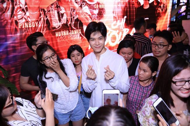Được chồng hôn giữa sự kiện, Chị 13 Thu Trang bộc lộ biểu cảm hài hước này  - Ảnh 13.