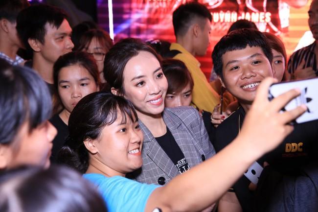 Được chồng hôn giữa sự kiện, Chị 13 Thu Trang bộc lộ biểu cảm hài hước này  - Ảnh 14.