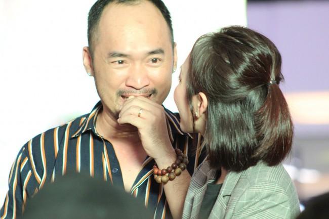 Được chồng hôn giữa sự kiện, Chị 13 Thu Trang bộc lộ biểu cảm hài hước này  - Ảnh 5.