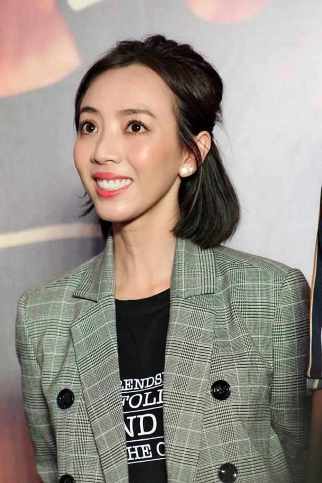 Được chồng hôn giữa sự kiện, Chị 13 Thu Trang bộc lộ biểu cảm hài hước này  - Ảnh 9.