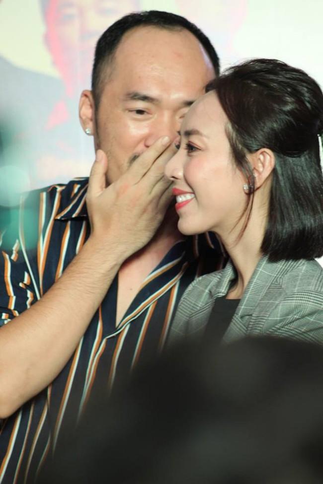 Được chồng hôn giữa sự kiện, Chị 13 Thu Trang bộc lộ biểu cảm hài hước này  - Ảnh 6.